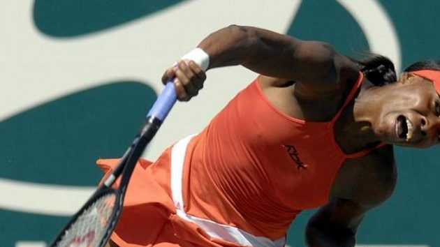 Venus Williamsová servíruje pro španělské hráčce Medinaové na turnaji v Charlestonu.