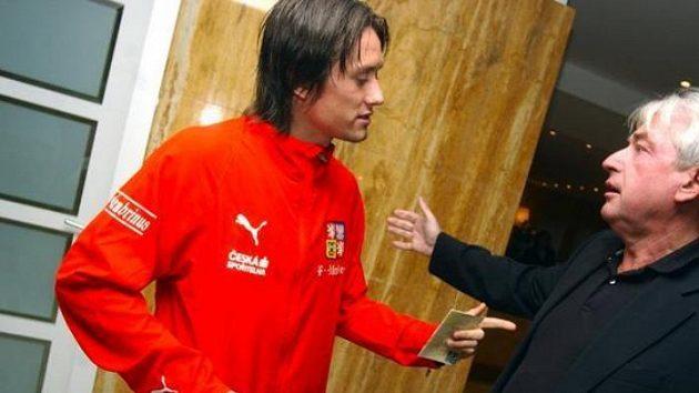 Tomáš Rosický v rozhovoru s manažerem Pavlem Paskou - ilustrační fotografie.