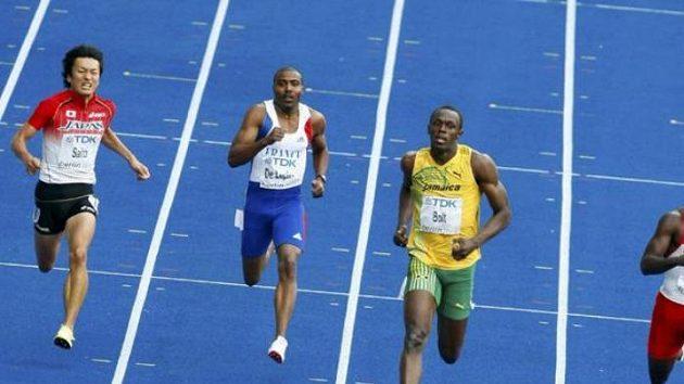 Jamajský sprinter Usain Bolt (druhý zprava) v rozběhu na 200 metrů na MS v Berlíně