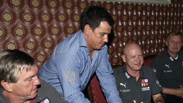 Doktor Petr Krejčí (vlevo) při oslavě narozenin Ivana Haška.