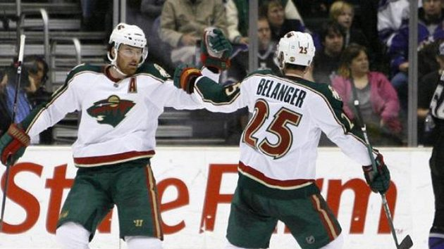Český hokejista Minnesoty Martin Havlat oslavuje svou branku do sítě Los Angeles se svým spoluhráčem Belangerem.