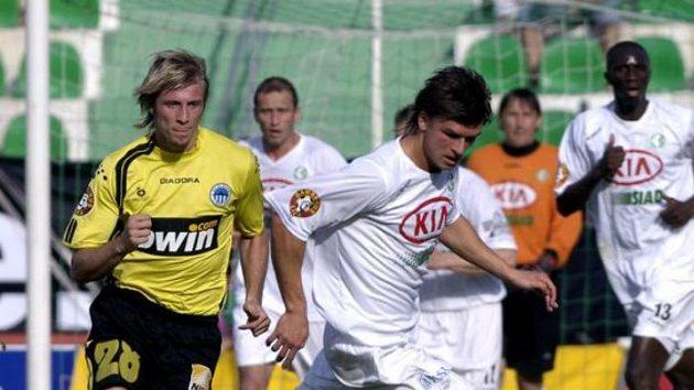 Hráči Mostu Michal Gašparik (uprostřed) a Alexandre Mendy (v pozadí vpravo)
