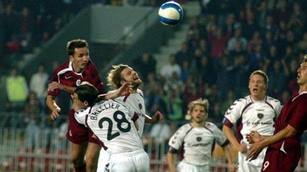 Tomáš Sivok ze Sparty (vlevo) hlavičkuje vutkání proti Hearts.