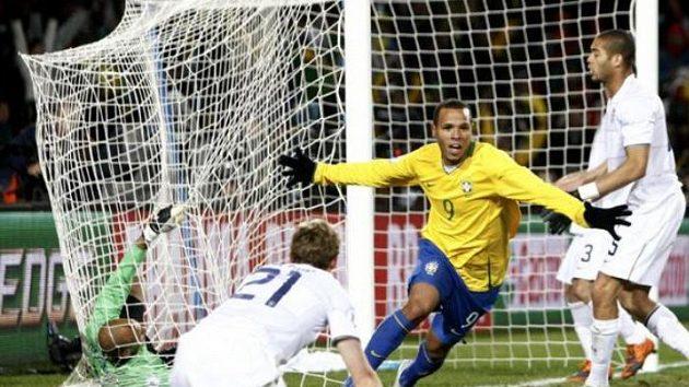 Brazilský fotbalista Luis Fabiano se raduje ze svého gólu ve finále Poháru FIFA proti USA.