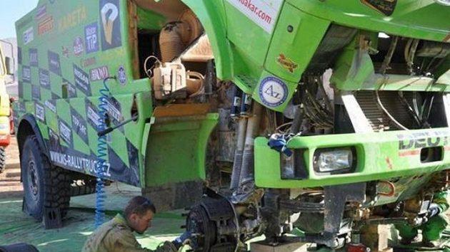 Oprava liazky týmu MS-Rallytruck.cz při Rallye Dakar