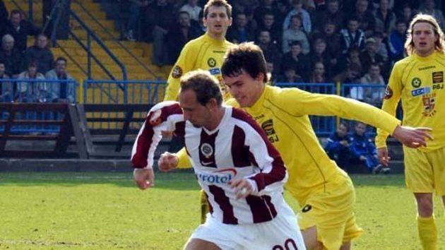 Fotbalisté Jihlavy ve žlutých dresech v zápase proti pražské Spartě - archivní fotografie.