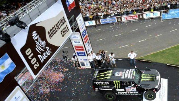 Americký pilot Robby Gordon vyráží se svým hummerem H3 na trať Rallye Dakar v Buenos Aires