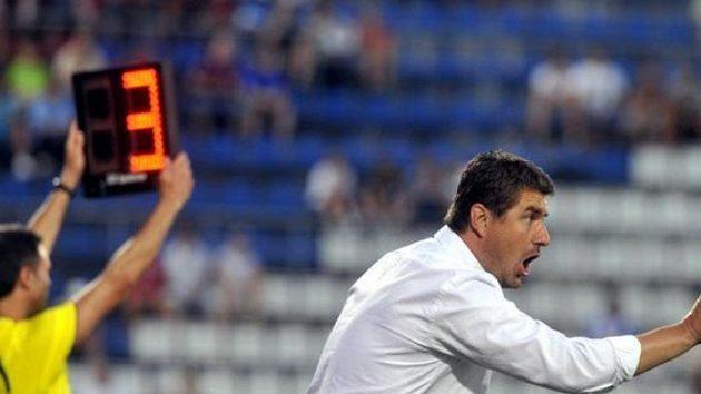 Trenér Sigmy Zdeněk Psotka udílí pokyny v úvodním zápase 2. předkola fotbalové Evropské ligy UEFA proti Framu Reykjavík.