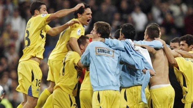 Fotbalisté Alcorcónu oslavují postup přes Real Madrid.