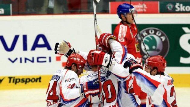 Radost ruských hokejistů z gólu v síti Mensatora