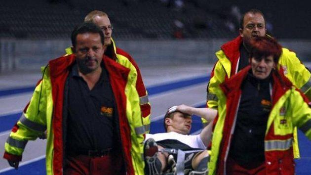 Brankář fotbalistů Herthy Berlín Jaroslav Drobný krátce se vrací po svém zranění do branky.