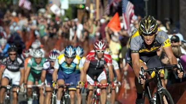 Americký cyklista Lance Armstrong v čele závodu v ulicích Nevada City
