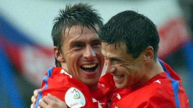 Zdeněk Grygera (vlevo) gratuluje Marku Kuličovi k úvodní trefě v utkání proti San Marinu.