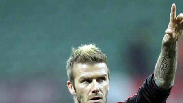 David Beckham zdraví fanoušky AC Milán před zápasem proti FC Janov.
