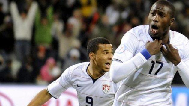 Fotbalista Jozy Altidore (vpravo) z týmu USA se raduje se spoluhráčem z gólu do sítě Španělska v semifinále Poháru FIFA.