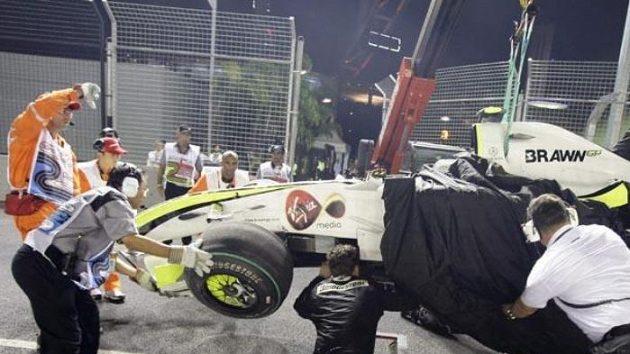 Personál okruhu v Singapuru odstraňuje z trati vůz Rubense Barrichella nabouraný při kvalifikaci.