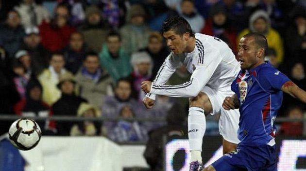 Cristiano ronaldo z Realu Madrid (vlevo) pálí na branku Getafe.