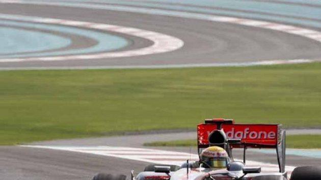 Lewis Hamilton na okruhu v Abú Zabí