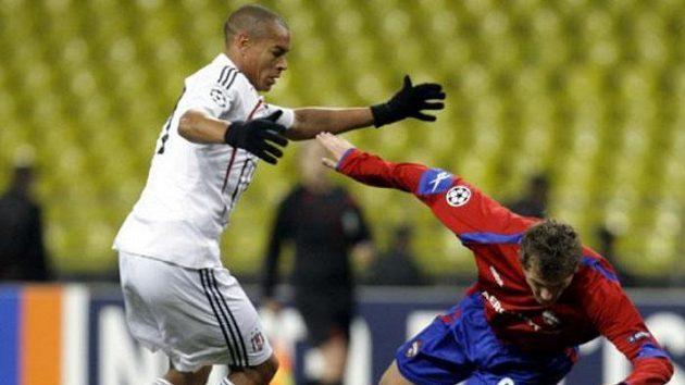 Fotbalista Besiktase Istanbul Serdar Ozkan (vlevo) fauluje Tomáše Necida z CSKA Moskva.