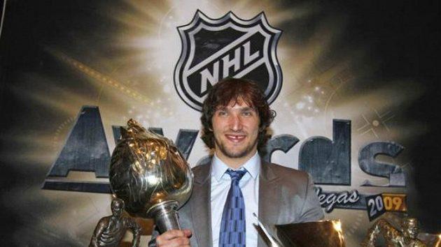 Alexander Ovečkin se svými trofejemi za sezónu NHL 2008/09
