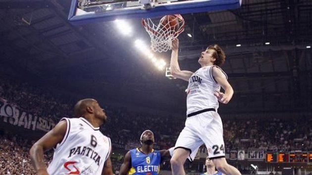 Český basketbalista Jan Veselý v dresu bělehradského Partizanu zavěšuje proti Maccabi Electra.
