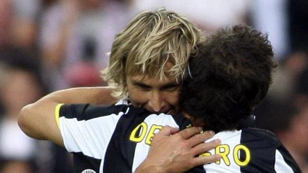 Záložník Juventusu Pavel Nedvěd (čelem) se objímá s Alessandrem Del Pierem.