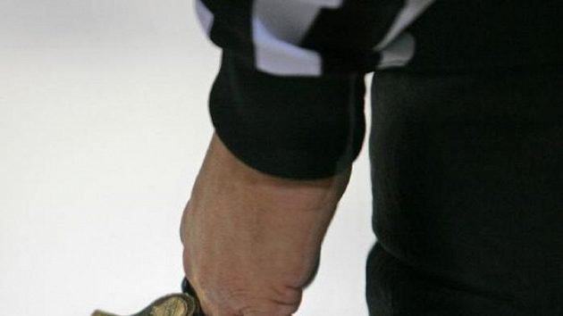 Hokejový rozhodčí inkasoval úder holí a ukončil zápas, zvažuje i trestní oznámení. Ilustrační foto.