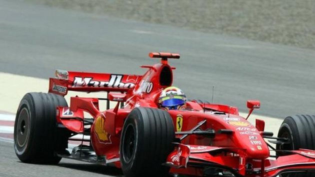 Brazilský jezdec Felipe Massa na Ferrari při kvalifikaci na VC Bahrajnu.