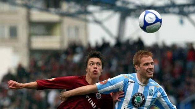 Fotbalista Sparty Václav Kadlec v souboji s Janíčkem z Mladé Boleslavi