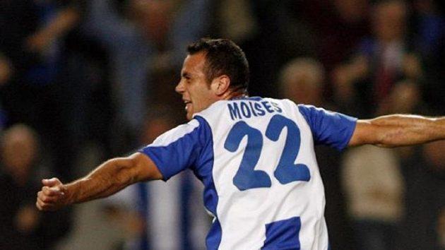 Moises Hurtado ze španělského Espaňolu Barcelona oslavuje svou trefu proti Werderu Brémy.
