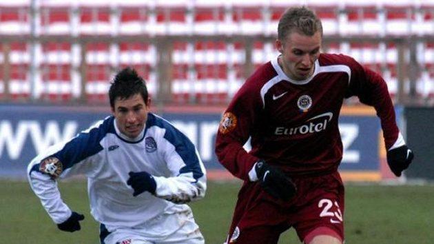 Milan Petržela ze Slovácka stíhá sparťana Michala Kadlece.