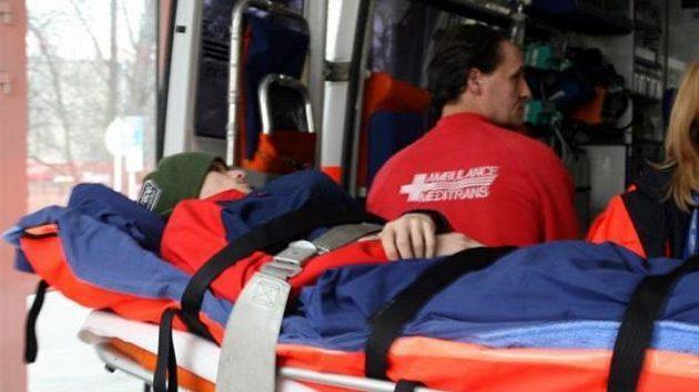 Zraněný skokan Mazoch při převozu do střešovické nemocnice