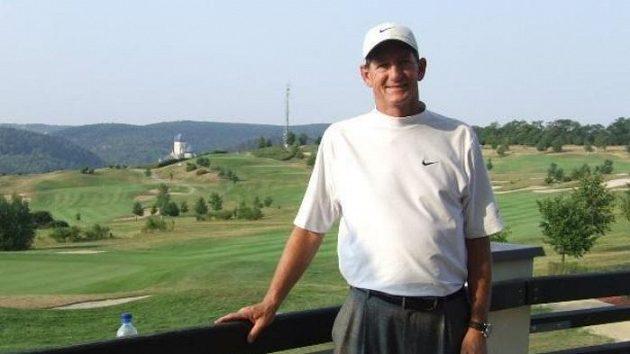 Hank Haney. Vpozadí golfový resort Karlštejn
