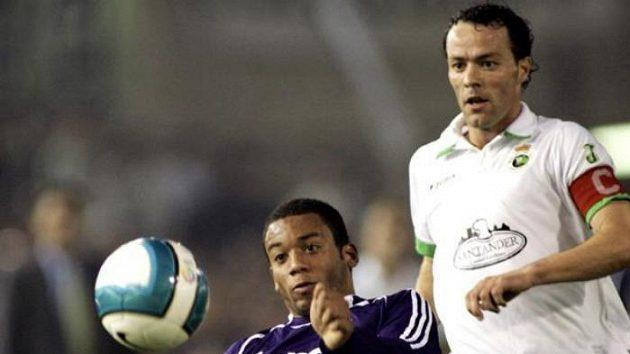 Mladý brazilský útoční Robinho (vlevo) odkopává před dotírajícím kapitánem Santanderu Pablem Pinillosem.