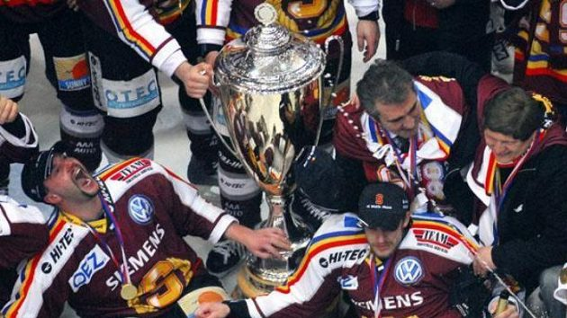 Trenér Sparty Praha František Výborný (druhý zprava) oslavuje shráči po šestém finálovém duelu hokejové extraligy.