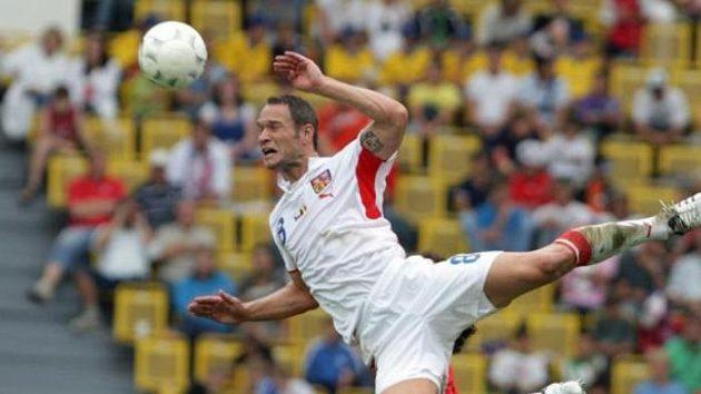 Český reprezentant Jan Polák v hlavičkovém souboji v utkání proti Belgii.