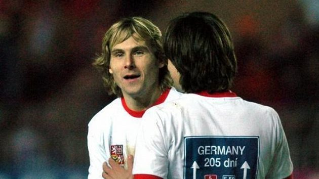 Pavel Nedvěd (vlevo) se raduje s Tomášem Rosickým po vítězné baráži s Norskem. Archivní fotografie.