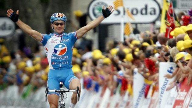 Francouzský cyklista Thomas Voeckler projíždí vítězně cílem 5. etapy Tour de France.