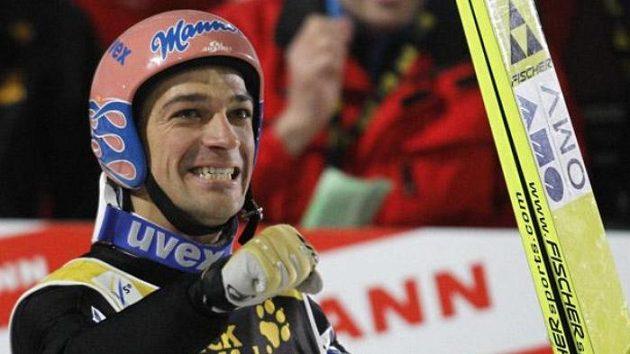 Andreas Kofler oslavuje vítězství na Turné čtyř můstků.