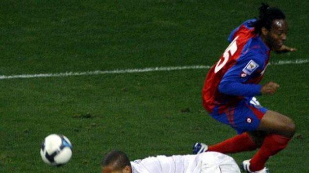 Americký fotbalista Oguchi Onyewu padá po souboji s Juniorem Diazem z Kostariky.