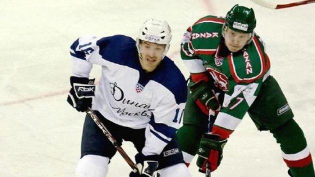 Petr Čajánek (vlevo) v zápase KHL - ilustrační foto