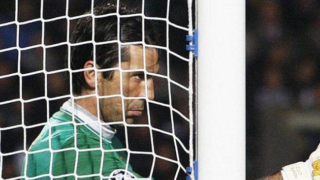 Brankář Juventusu Gianluigi Buffon by se po sezóně mohl stěhovat do Manchesteru United.