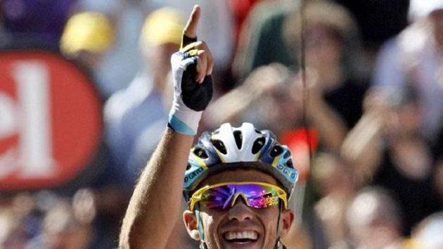 Španělský cyklista Alberto Contador oslavuje vítězství v 15. etapě Tour de France.
