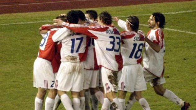 Fotbalisté Slavie se radují z gólu v síti Palerma.