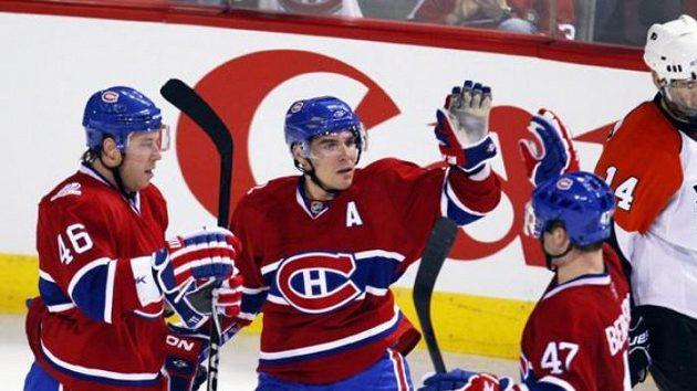Hokejista Montrealu Marc-André Bergeron (č. 47) oslavuje se spoluhráči Cammallerim (druhý zleva) a Andrejem Kosticynem gól proti Philadelphii.