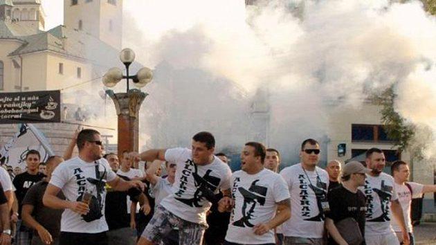 Fanoušci Partizanu Bělehrad pochodují městem na stadión před odvetným utkáním 4. kola fotbalové Evropské ligy mezi domácí Žilinou a srbským týmem.