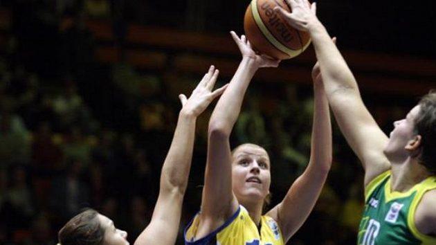 Kateřina Elhotová z USK Praha (uprostřed) v duelu Euroligy s maďarskou Šoproní.