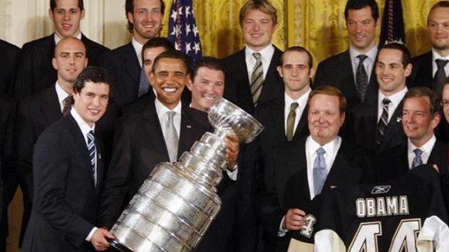 Americký prezident Barack Obama a kapitán Pittsburghu Penguins Sidney Crosby drží Stanley Cup při návštěvě Bílého domu.