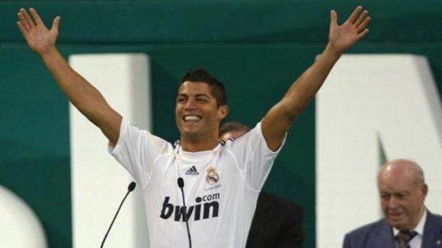 Cristiano Ronaldo nedostatkem sebevědomí netrpí. Takhle zdravil fanoušky Realu Madrid, když do španělského týmu přestoupil.