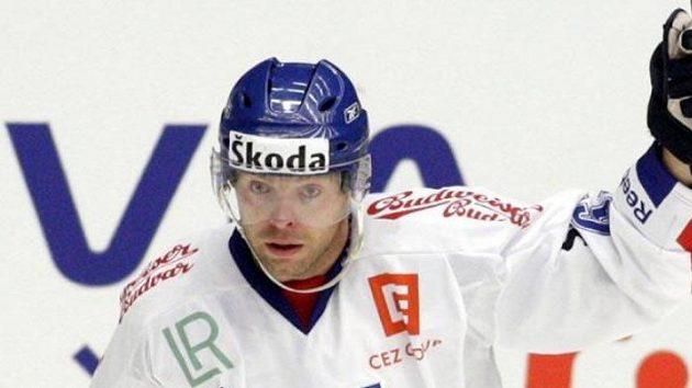 Český hokejista Josef Vašíček oslavuje gól v utkání proti Švédsku.